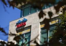 John Chambers, 65 ans, directeur général de Cisco Systems 20 années durant, démissionnera en juillet de ses fonctions au sein de l'équipementier des réseaux pour laisser sa place à Chuck Robbins, 49 ans. /Photo d'archives/REUTERS/Mike Blake