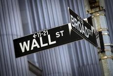 Placas indicam esquina das ruas Wall Street e Broad Street do lado de fora da Bolsa de Valores de Nova York. 24/03/2015 REUTERS/Brendan McDermid
