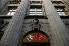 UBS a fait état mardi d'une hausse nettement plus marquée que prévu de son bénéfice net du premier trimestre, la première banque suisse précisant que la contribution de la division gestion de fortune a été la plus élevée depuis 2008. /Photo prise le 10 février 2015/REUTERS/Arnd Wiegmann