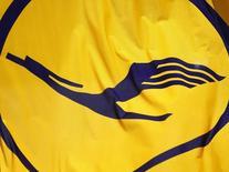 Флаг с логотипом Lufthansa в аэропорту во Франкфурте-на-Майне. 6 мая 2013 года. Немецкий авиаперевозчик Lufthansa отчитался о снижении операционного убытка в первом квартале, но заявил о необходимости дальнейшего сокращения затрат в условиях роста пенсионных издержек и расходов на персонал. REUTERS/Lisi Niesner