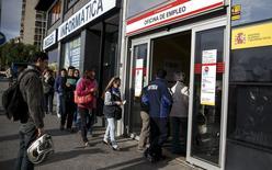 En la imagen, varias personas entran en una oficina de desempleo en Madrid, el 5 de mayo de 2015. El número de españoles registrados como desempleados se redujo en un 2,7 por ciento en abril respecto a marzo, la cifra más baja para un mes de abril en la serie histórica, mostraron el martes datos del Ministerio de Trabajo, pero uno de cada cuatro españoles permaneció sin trabajo. REUTERS/Andrea Comas