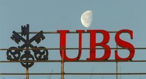 En la imagen, el logo del banco suizo UBS en Zurich, Suiza. 10 de febrero, 2015. UBS reportó el martes un salto interanual de un 88 por ciento en sus ganancias netas del primer trimestre, muy por encima de las previsiones de los analistas. REUTERS/Arnd Wiegmann/Files