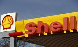 Shell's company logo is pictured at a gas station in Zurich April 8, 2015.  REUTERS/Arnd Wiegmann