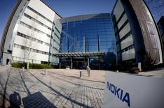 Nokia pourrait décider de conserver sa filiale de cartographie HERE, pour laquelle il étudie actuellement différentes options, a déclaré mardi son président. /Photo prise le 15 avril 2015/REUTERS/Antti Aimo-Koivisto/Lehtikuva