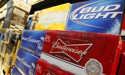 Ящики пива Budweiser и Bud Light в магазине Wal-Mart в Чикаго. 24 января 2012 года. Квартальная прибыль Anheuser-Busch InBev оказалась чуть лучше прогноза благодаря повышению цен и продажам премиальных сортов лагера, которые компенсировали резкое падение оптовых продаж пива в США. REUTERS/John Gress