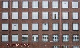 Siemens a fait état jeudi de résultats trimestriels inférieurs aux attentes des analystes financiers, les mauvaises performances de la division usine numérique du conglomérat industriel allemand venant se rajouter aux difficultés de la branche énergie. Le groupe a également annoncé 4.500 suppressions de postes supplémentaires. /Photo d'archives/REUTERS/