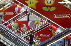 Nintendo pense doubler son résultat d'exploitation au cours de l'exercice entamé le 1er avril, comptant sur son entrée sur le marché des jeux pour smartphones pour compenser la faible croissance commerciale du segment des consoles. /Photo prise le 7 mai 2015/REUTERS/Toru Hanai