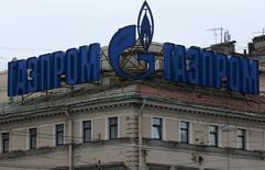 Реклама Газпрома на крыше здания в Санкт-Петербурге. 14 ноября 2013 года. Монопольный экспортер трубного газа в РФ Газпром сообщил в четверг, что договорился с Турцией начать поставки газа по новому трансчерноморскому газопроводу Турецкий поток в декабре 2016 года. REUTERS/Alexander Demianchuk