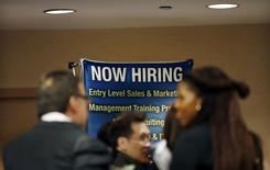 Buscadores de empleo esperan para reunirse con empleadores en una feria de carreras en Nueva York, 24 de octubre de 2012. El número de estadounidenses que pidieron por primera vez el seguro de desempleo subió marginalmente la semana pasada, manteniéndose igualmente cerca del mínimo en 15 años, en una señal de que el mercado laboral continúa fortaleciéndose pese a un crecimiento económico moderado. REUTERS/Mike Segar