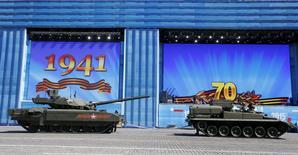 "Танк T-14 ""Армата"" (слева) на Красной площади в Москве 7 мая 2015 года.  May 7, 2015. REUTERS/Grigory Dukor"