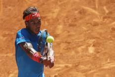 Rafael Nadal devolve bola em jogo contra Bolelli em Madri.  7/5/2015.  REUTERS/Juan Medina
