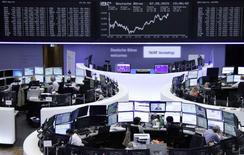 Operadores en sus puestos de trabajo en la bolsa de Fráncfort, mayo 7 2015. Las acciones europeas revirtieron las pérdidas sufridas durante la sesión y cerraron el jueves con una ligera ganancia, después de que el euro cedió sus avances contra el dólar y al aplacarse una ola vendedora en los mercados de deuda soberana.     REUTERS/Remote/Staff