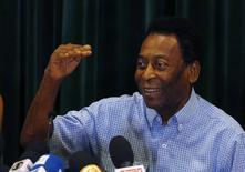 Pelé concede entrevista ao receber alta no ano passado em São Paulo. 09/12/2014 REUTERS/Paulo Whitaker