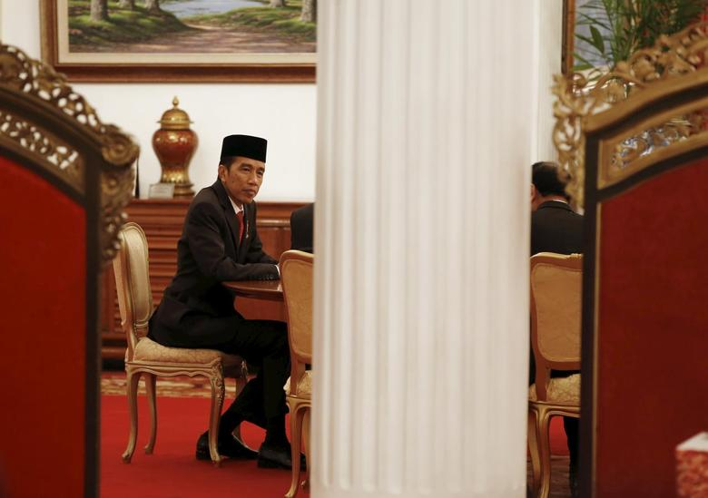 Indonesia's President Joko Widodo holds a meeting following a ceremony at the Presidential Palace in Jakarta, Indonesia April 28, 2015. REUTERS/Darren Whiteside