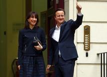 El Primer Ministro británico, David Cameron, levanta su pulgar al llegar con su esposa Samantha a la sede del Partido Conservador en Londres, Gran Bretaña, 8 de mayo, 2015. El primer ministro británico, David Cameron, logró el viernes una contundente victoria electoral que dejó muy mal parados a sus oponentes laboristas, contradiciendo las previsiones de que sería la votación más reñida en décadas para continuar en el poder por otros cinco años. REUTERS/Eddie Keogh