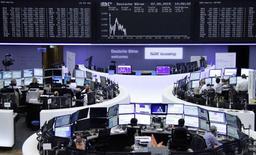 Operadores en la bolsa de Francfort el 7 de mayo. Las importaciones de Alemania subieron más rápidamente que las exportaciones en marzo y la producción industrial bajó, lo que sugiere que la mayor economía de Europa podría haber crecido menos a lo estimado por los economistas en el primer trimestre. REUTERS/Remote/Staff