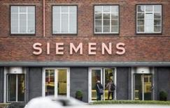 La Commission européenne devrait autoriser sans condition le projet de rachat de l'équipementier pétrolier américain Dresser-Rand par l'allemand Siemens pour 7,6 milliards de dollars, a-t-on appris vendredi de deux sources au fait du dossier.  /Photo d'archives/REUTERS/Hannibal