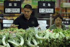 L'inflation des prix à la consommation a atteint 1,5% en avril sur un an en Chine, alors que les analystes attendaient une hausse des prix de 1,6% après 1,4% en mars, selon les chiffres publiés samedi par le bureau national de la statistique. /Photo prise le 9 mai 2015/REUTERS