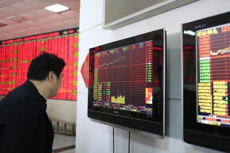 资料图片:上海一家证交所内一名股民正在查看信息屏。REUTERS/Aly Song