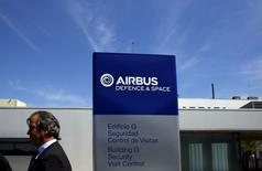"""Plus gros volume de la cote, principal contributeur à la baisse du CAC 40 et du SBF 120, lundi à mi-séance, Airbus Group perd 2,63% à 13h45 en réaction à l'accident d'un A400M qui s'est écrasé samedi en Espagne. Plusieurs pays équipés de ce nouvel appareil de transport militaire les ont immobilisés au sol. Airbus s'est dit néanmoins """"pleinement confiant"""" dans l'A400M. /Photo prise le 11 mai 2015/REUTERS/Marcelo del Pozo"""