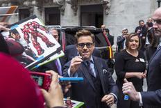 """En la imagen, el actor Robert Downey Jr. firma autógrafos a su llegada a la Bolsa de Nueva York, el 27 de abril de 2015. """"Avengers: Age of Ultron"""" volvió a arrollar en la taquilla cinematográfica de América del Norte durante el fin de semana, recaudando 77,2 millones de dólares que le permitieron encabezarla por segunda semana consecutiva. REUTERS/Lucas Jackson"""