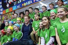 Príncipe Harry com alunos de uma escola em Stewart Island, sul da Nova Zelândia. 11/05/2015 REUTERS/Robyn Edie/Pool