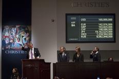 """O leiloeiro Jussi Pylkkanen bate o martelo e vende """"Les Femmes d'Alger (Version 'O')"""", de Pablo Picasso, durante leilão na Christie's, em Nova York, nesta segunda-feira. 11/05/2015 REUTERS/Carlo Allegri"""