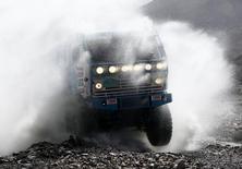 Камаз казахстанского пилота Артура Ардавичуса на третьем этапе ралли Дакар-2012. 3 января 2012 года. Крупнейший российский производитель грузовиков Камаз снизил продажи автомобилей полной массой 14-40 тонн в январе-апреле на 49 процентов до 5,0 тысячи штук, сообщила компания во вторник. REUTERS/Jacky Naegelen