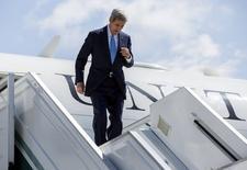 Госсекретарь США Джон Керри спускается с трапа самолета в аэропорту Сочи. 12 мая 2015 года. Госсекретарь США Джон Керри надеется выяснить, готова ли Россия ограничить вмешательство в дела Украины и поддержку президента Сирии, на переговорах с президентом Владимиром Путиным во вторник. REUTERS/Joshua Robert