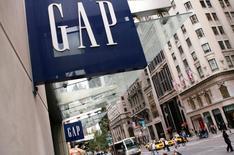 La chaîne de prêt-à-porter Gap, à suivre mardi sur les marchés américains, a annoncé lundi soir un chiffre d'affaires trimestriel en baisse de 3% et une chute de 12% de ses ventes à périmètre comparable sur le seul mois d'avril. /Photo d'archives/REUTERS/Lucas Jackson