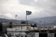 Una bandera griega flamea sobre el techo de un edificio en Atenas, mayo 11 2015. El Banco Central Europeo aumentó el límite de la asistencia de liquidez de emergencia a la que los bancos griegos pueden acceder a través del banco central de la nación en 1.100 millones de euros, llevando el tope a 80.000 millones de euros, dijeron el martes dos fuentes a Reuters.  REUTERS/Alkis Konstantinidis