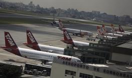 Aviones A320 de la aerolinea TAM están estacionados en el aeropuerto de Congonhas, en Sao Paulo, 17 de enero de 2014. LATAM Airlines, el mayor grupo de transporte aéreo de América Latina, finalizaba el martes reuniones con inversionistas en Estados Unidos sobre una posible emisión de deuda con la asesoría de Citigroup, Deutsche Bank y JP Morgan, dijo una fuente a IFR, un servicio informativo de Thomson Reuters. REUTERS/Nacho Doce