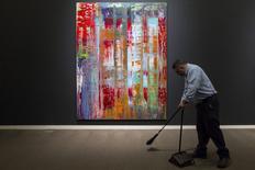 Funcionário limpa o chão em frente a quadro d Gerhard Richter na Sotheby's de Nova York. 01/05/2015  REUTERS/Andrew Kelly