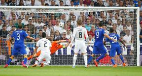 Álvaro Morata marca gol de empate da Juventus contra o Real Madrid. 13/05/2015 REUTERS/Tony Gentile