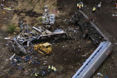 """Сошедший с рельсов поезд в Филадельфии. 13 мая 2015 года. Поезд оператора пассажирских перевозок """"Амтрак"""", в среду потерпевший крушение в Филадельфии, в результате которого погибли семь человек и более 200 получили ранения, входил в поворот на скорости, вдвое превышавшей допустимую на этом участке. REUTERS/Lucas Jackson"""