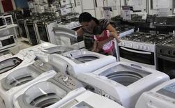 Mulher e filha olham máquina de lavar numa loja das Casas Bahia, em São Paulo. 18/02/2013 REUTERS/Nacho Doce