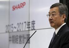 El presidente ejecutivo de Sharp Corp, Kozo Takahashi habla durante una conferencia de prensa en Tokyo, 14 de mayo de 2015. La japonesa Sharp Corp dijo que aseguró un rescate de 1.900 millones de dólares, la segunda vez que obtiene ayuda bancaria en tres años, en medio de fuertes pérdidas luego de que su negocio de pantallas para teléfonos inteligentes resultará afectado por la competencia de rivales asiáticos. REUTERS/Issei Kato