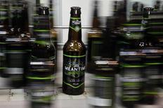 Botellas de cerveza, en la línea de producción en la cervercería Meantime, al este de Londres, 10 de mayo de 2012. SABMiller anunció la compra de la británica Meantime Brewing Company, uno de los pioneros del movimiento creación artesanal de cervezas en el país, para darle mayor exposición a esa parte del mercado de bebidas en rápido crecimiento. REUTERS/Stefan Wermuth