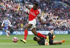 Atacante Danny Welbeck, do Arsenal, contra o goleiro do Reading Adam Federici. 18/04/2015 Action Images via Reuters/Carl Recine