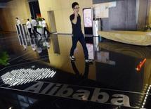 Alibaba, à suivre lundi sur les marchés américains. Gucci, Yves Saint Laurent et d'autres marques de Kering ont engagé des poursuites aux Etats-Unis contre le géant chinois de vente en ligne, qu'elles accusent de proposer à la vente des contrefaçons. /Photo d'archives/REUTERS/China Daily
