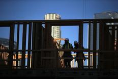 Trabajadores de la construcción en una obra en construcción, en el centro de Los Angeles, California, 10 de marzo de 2015. La confianza de los constructores de viviendas en Estados Unidos cayó en mayo, pero todavía muestra que las condiciones del mercado son favorables, dijo el lunes la Asociación Nacional de Constructores de Casas (NAHB, por su sigla en inglés). REUTERS/Lucy Nicholson