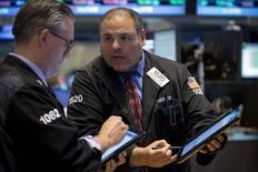 Operadores trabajando en la Bolsa de Nueva York, 15 de mayo de 2015. Las acciones estadounidenses subían el lunes y tanto el promedio industrial Dow Jones como el índice S&P 500 anotaron máximos históricos, debido a que datos económicos débiles sugirieron que la Reserva Federal se abstendrá de elevar las tasas de interés en el corto plazo.  REUTERS/Brendan McDermid