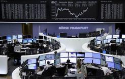 La bolsa de Fráncfort el 18 de mayo de 2015. Las acciones europeas cerraron el lunes con ligeras ganancias, gracias a que los inversores recuperaron algo de optimismo respecto a que Grecia alcance un acuerdo por su deuda, aunque los descensos en los sectores energético y financiero pesaron sobre los mercados locales. REUTERS/Remote/Staff