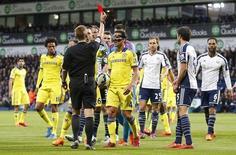 Cesc Fábregas, do Chelsea, é expulso durante partida contra o West Bromwich Albion, pelo Campeonato Inglês. 18/05/2015 REUTERS/Action Images/Carl Recine