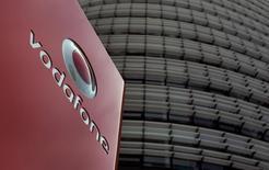 Vodafone affiche une hausse de ses ventes trimestrielles pour la première fois en près de trois ans, qui s'explique par une amélioration des tendances de marché en Europe et par la bonne tenue de la demande pour les services 4G de l'opérateur mobile britannique. /Photo d'archives/REUTERS/Ina Fassbender