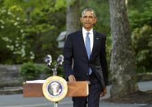 Obama llega para dar una rueda de prensa en Camp David en Maryland el 14 de mayo de 2015. El presidente de Estados Unidos, Barack Obama, envió el lunes el  primer mensaje desde su propia cuenta en Twitter, superando rápidamente el millón de seguidores en cinco horas, en una nueva iniciativa de la Casa Blanca para extender su mensaje usando las redes sociales. REUTERS/Kevin Lamarque