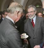 El Príncipe Carlos se da la mano con Gerry Adams, en la Universidad Nacional de Irlanda, en Galway, Irlanda. El príncipe Carlos de Inglaterra tiene previsto reunirse el martes con Gerry Adams en Irlanda, la primera vez que el líder de la ex brazo político del Ejército Republicano Irlandés (IRA) se reúne con un miembro importante de la familia real, informó su partido Sinn Fein. REUTERS/Brian Lawless/pool