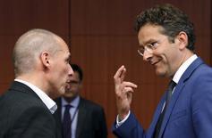 El presidente del Eurogrupo, Joren Dijsselbloem, cruza sus dedos mientras escucha al ministro de finanzas griego, Yanis Varoufakis (Izquierda) durante una reunión de ministros de finanzas de la euro zona, en Bruselas, Bélgica, 11 de mayo de 2015. El jefe del Eurogrupo, Jeroen Dijsselbloem, dijo el martes que es improbable que Grecia logre un acuerdo con sus acreedores internacionales durante la cumbre de líderes europeos que se llevará a cabo esta semana en la capital de Letonia, Riga. REUTERS/Francois Lenoir