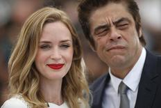 "Emily Blunt e Benicio Del Toro no Festival de Cannes para promover ""Sicario"". 19/05/2015  REUTERS/Benoit Tessier"