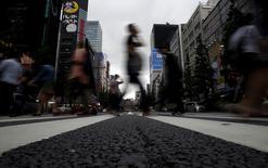 L'économie du Japon a connu au premier trimestre 2015 sa croissance la plus forte depuis un an en raison d'une augmentation modérée de la consommation comme des dépenses d'investissement. Le produit intérieur brut (PIB) du Japon a progressé de 2,4% en rythme annualisé de janvier à mars, après une révision à +1,1% au quatrième trimestre 2014. D'un trimestre sur l'autre, la croissance du PIB japonais sur les trois premiers mois de l'année est de 0,6%. /Photo prise le 19 mai 2015/REUTERS/Yuya Shino